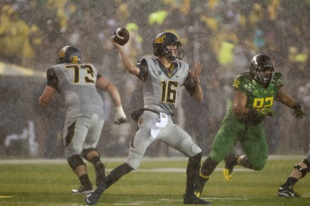 Cal QB Jared Goff trying to throw the ball during the rain storm against Oregon.
