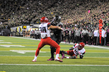 Oregon QB Marcus Mariota fights to the end zone on his lone touchdown reception this season.