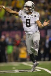 Mariota throws a pass in the National Championship Game.