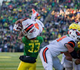 Oregon Ducks meet Oregon State Beavers in the 2015 football Civil War.